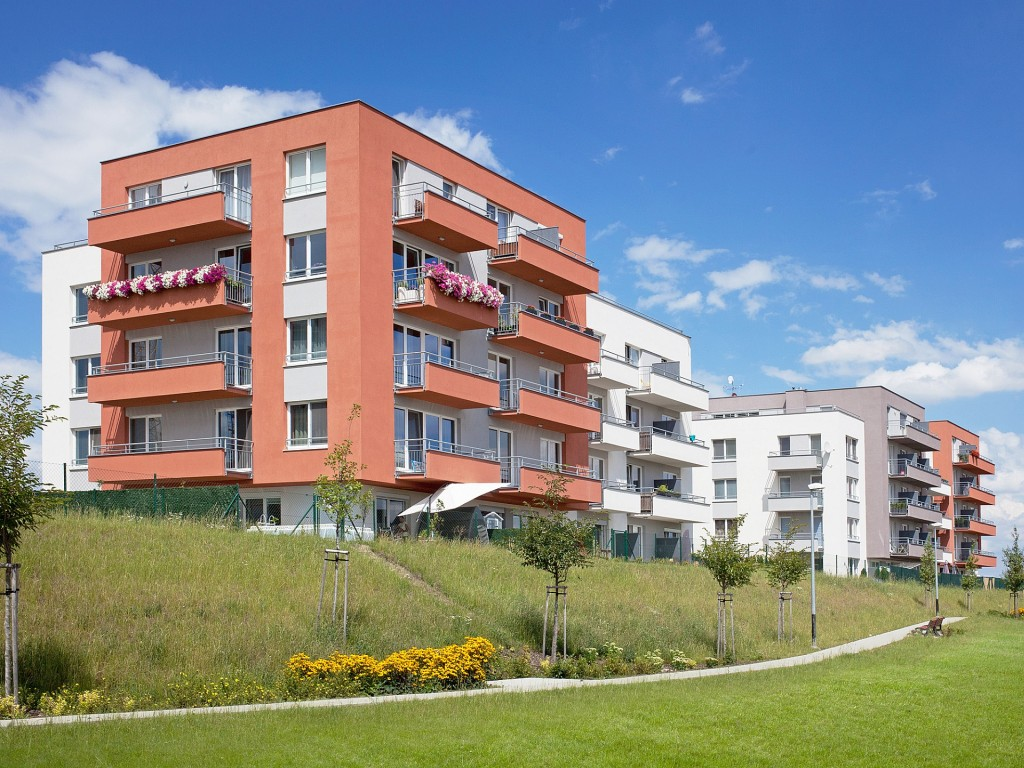 Už téměř polovina pražských bytů v nabídce stojí přes 100 000 Kč za metr čtvereční, nejvýhodnější jsou rodinné 3 + kk