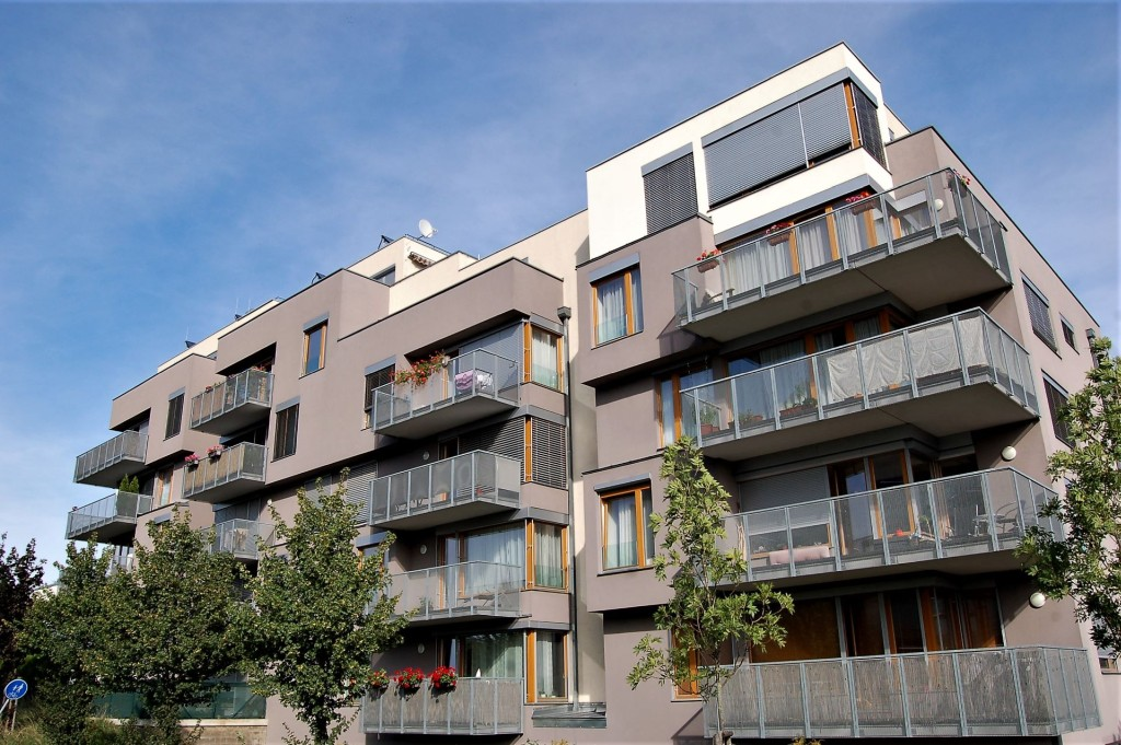 Výstavbě bytů nadále dominují střední Čechy, Praha stále zaostává. Rezidenční výstavbu však čekají těžké časy.