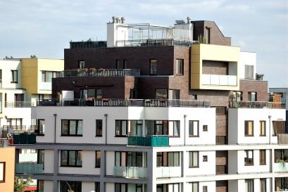 Lidé se stěhují do Prahy, ale ještě více do jejího okolí. Otázkou je, kde budou při tomto trendu bydlet?