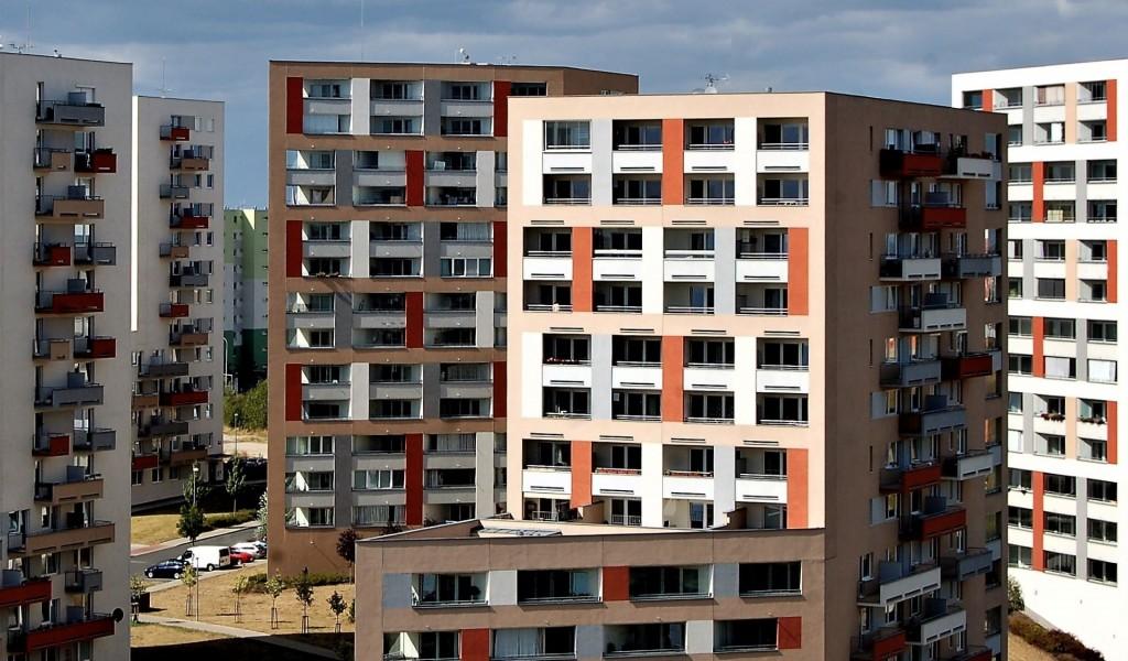 K výstavbě se povoluje čím dál tím méně bytů, ceny porostou