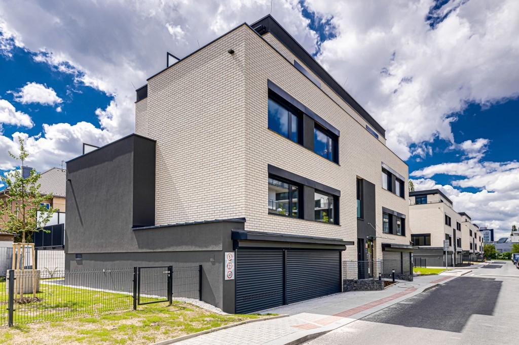 V luxusních viladomech projektu Tulipa Třebešín otevřeli vzorový byt. Ještě 10 bytů volných.
