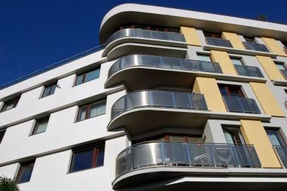 Nabídka nových bytů klesla na historické minimum, počet prodaných bude ale rekordní